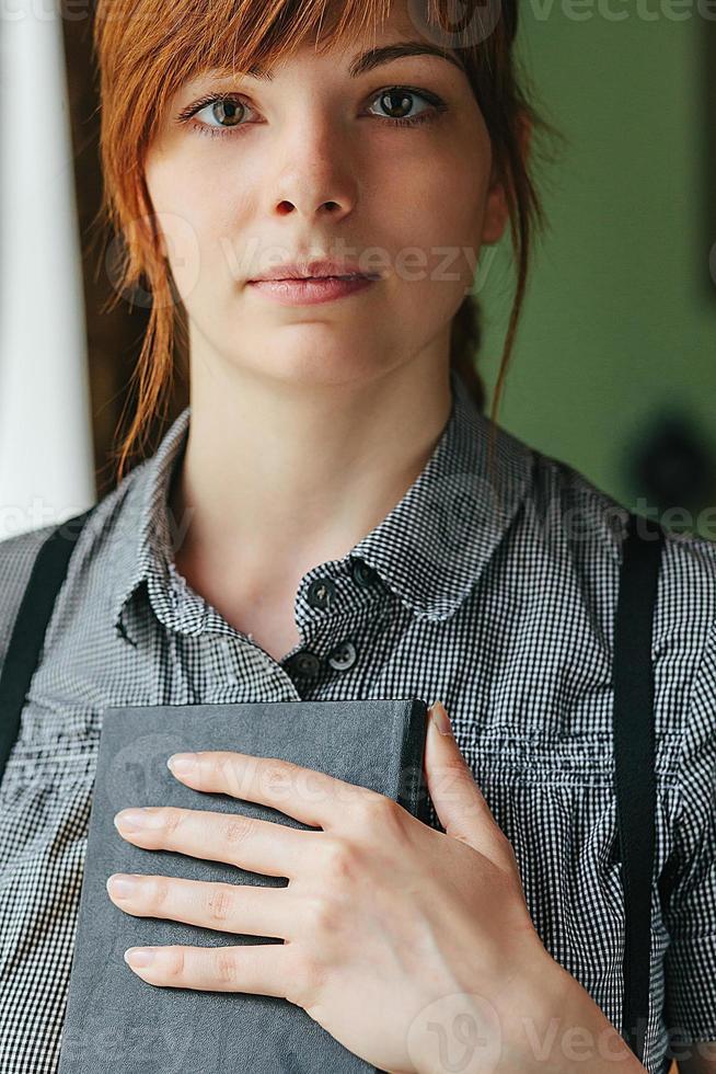 portret close up van jonge mooie vrouw foto