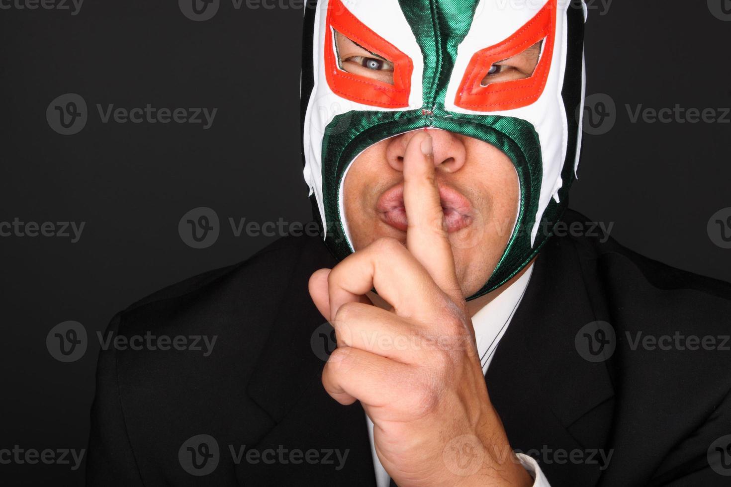 man in pak en masker foto