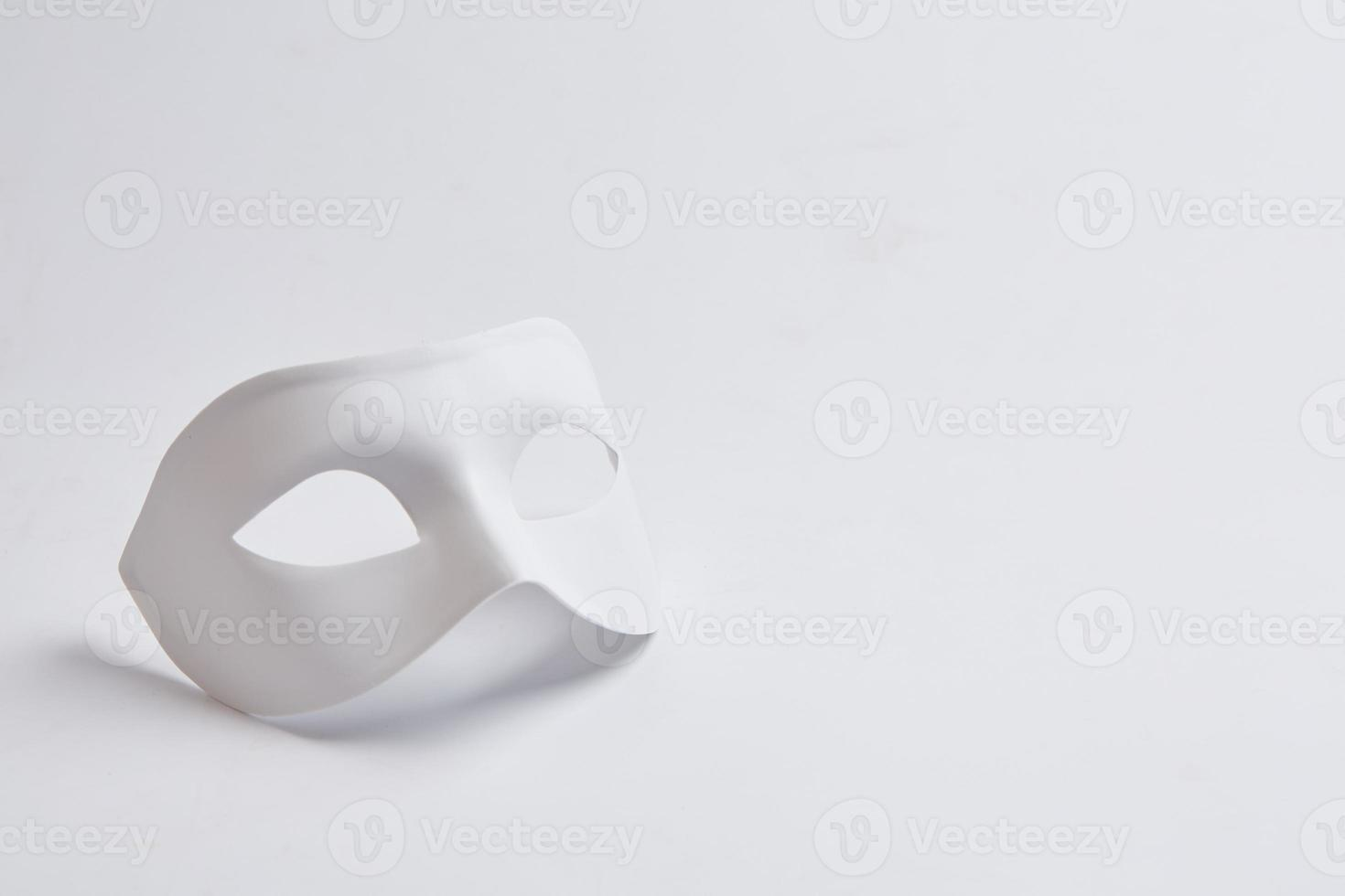 wit Venetiaans masker op een witte achtergrond foto