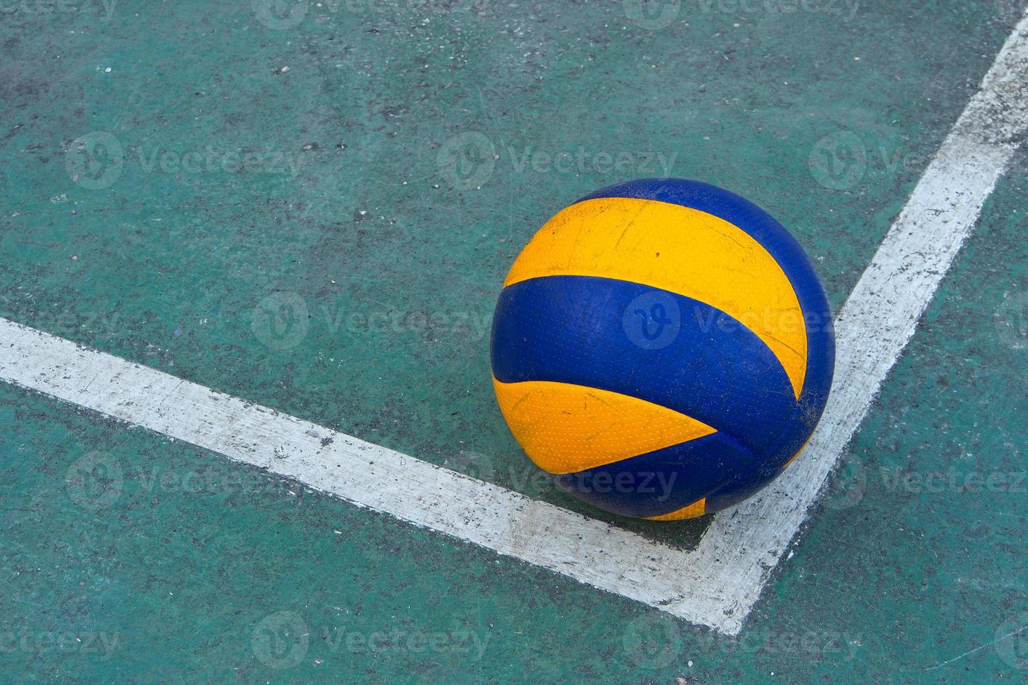 oude volleybal op een vuile baan foto