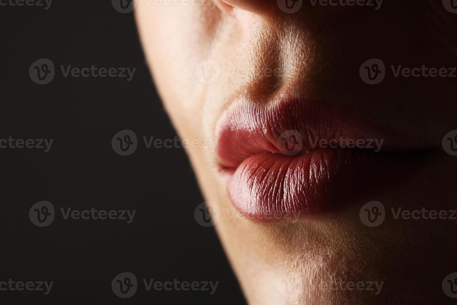 close-up foto van vrouw een hush gebaar maken