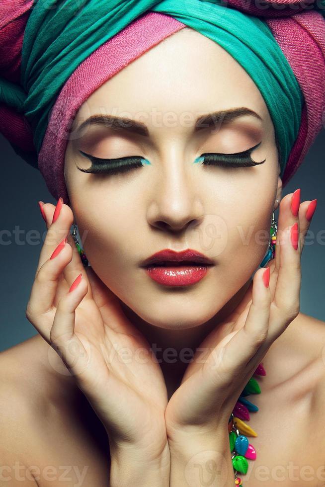 mooie dame met gekleurde tulband foto