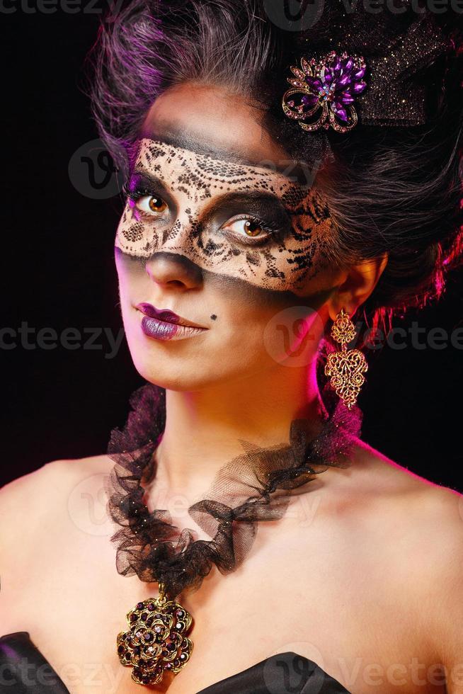 meisje in maskerade masker foto
