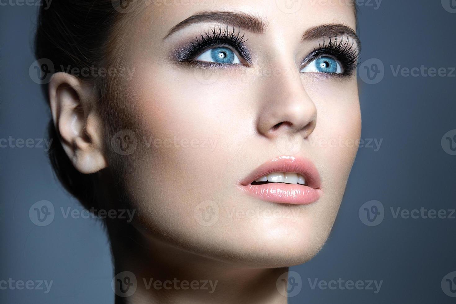 mooi jong meisje met een lichte natuurlijke make-up. foto