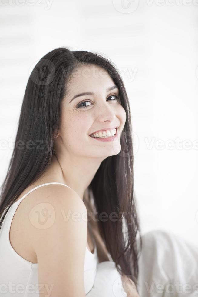 mooie vrouw op een bed foto