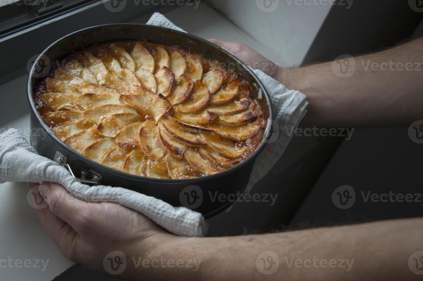 net gebakken appeltaart. uit de oven foto