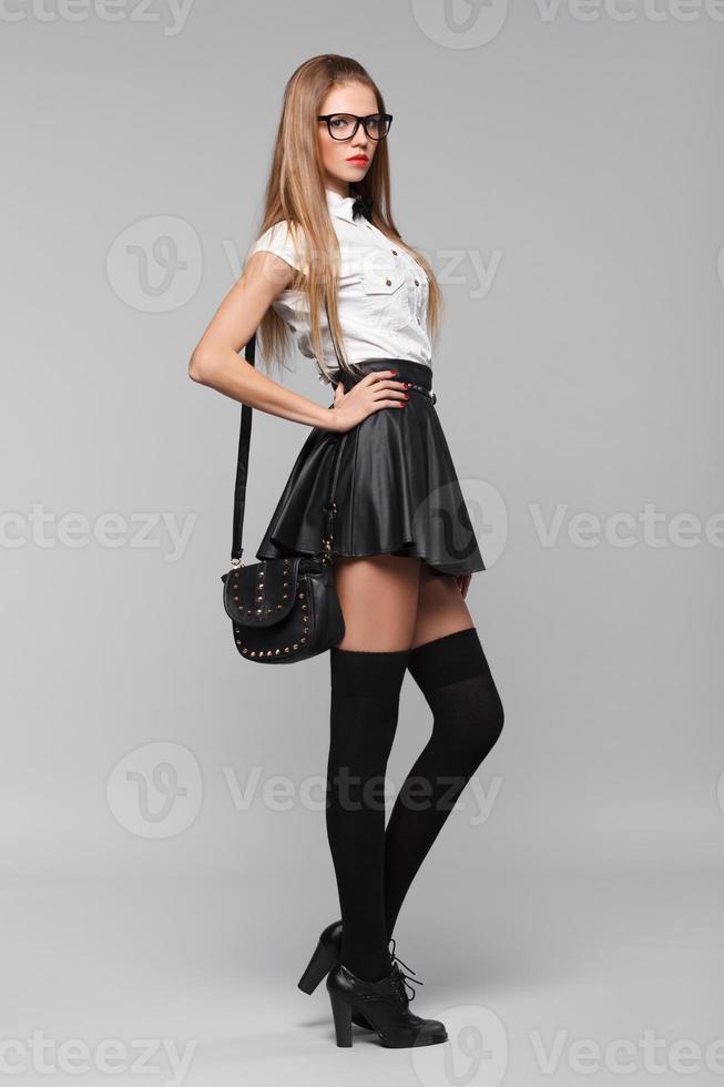 mooie vrouw is in fashion stijl in zwarte minirok. mode meisje foto