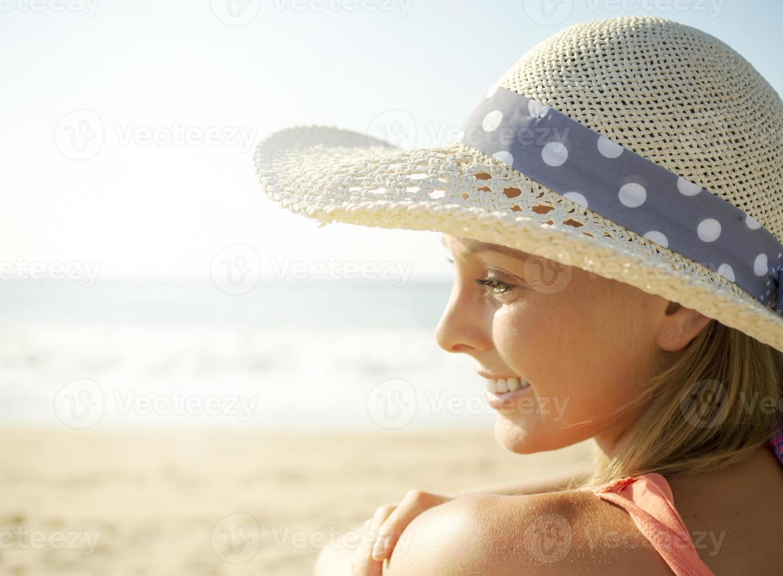 glimlach meisje op het strand foto