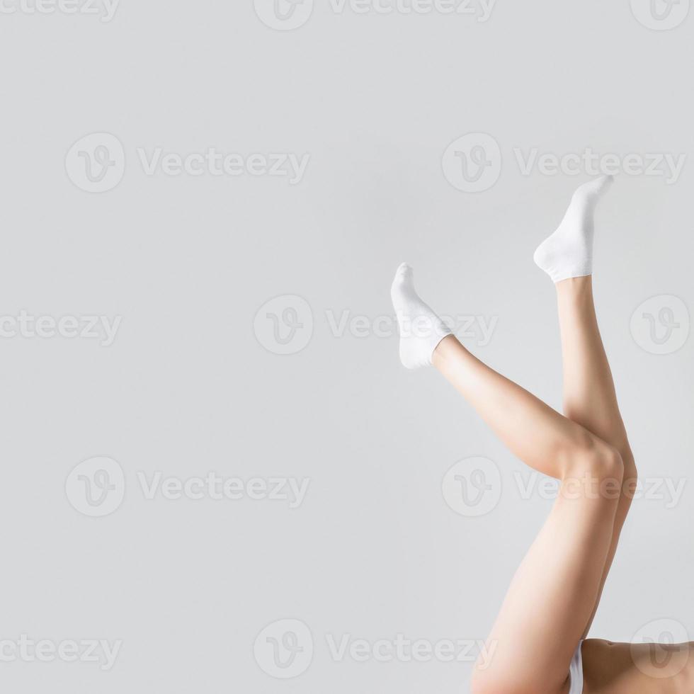 jonge vrouw mooie welgevormde benen foto