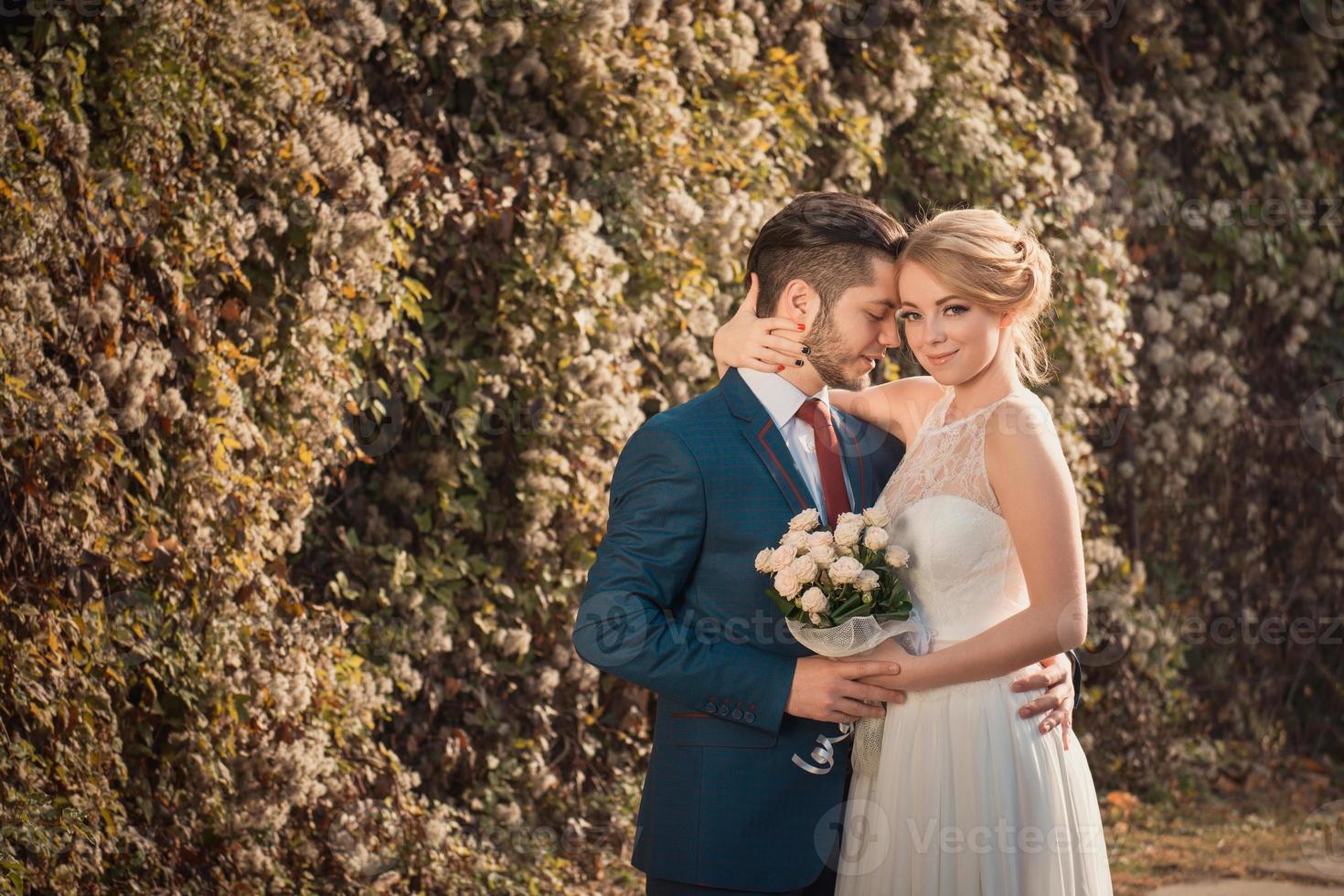 romantische bruidspaar omhelzen elkaar foto