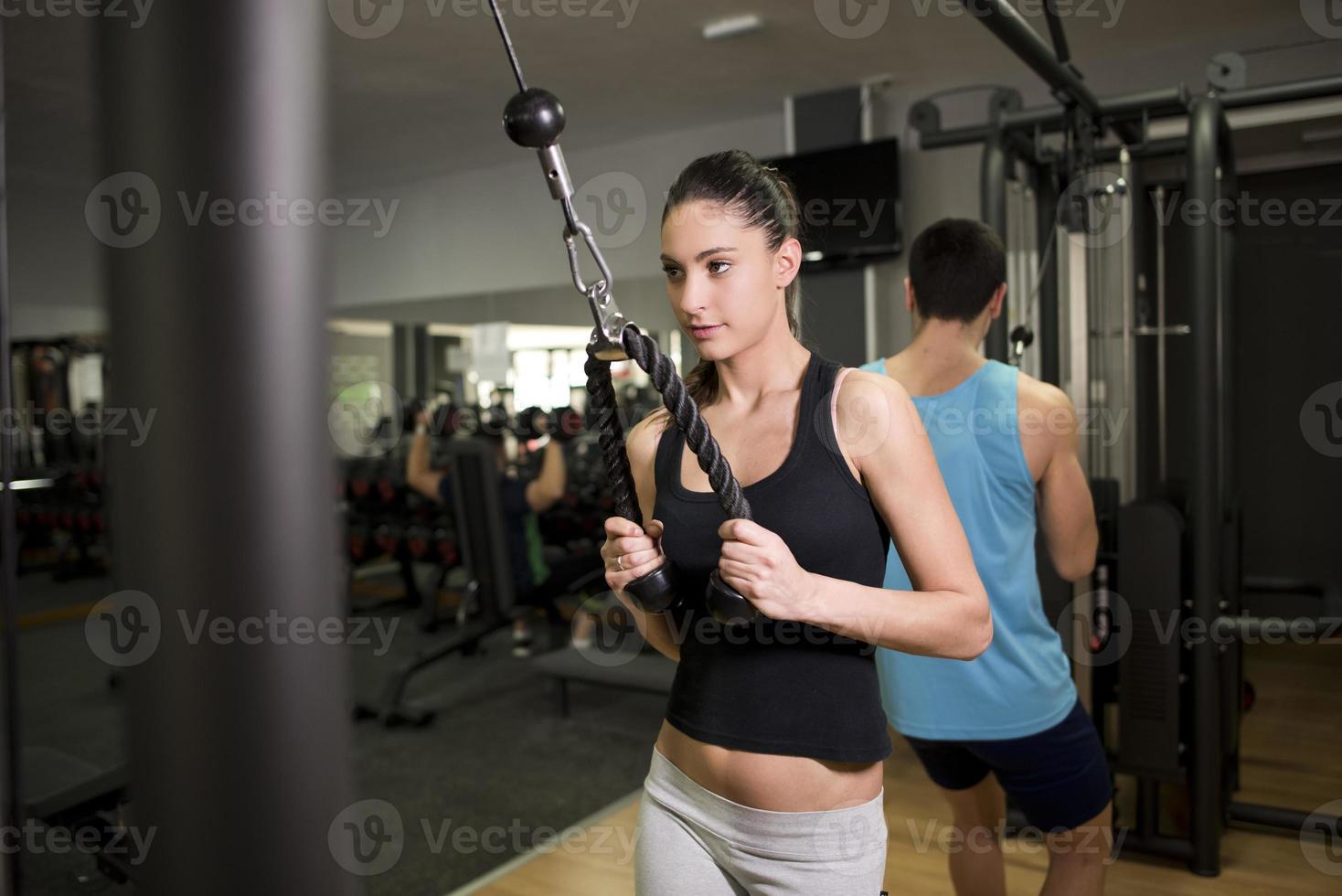 jonge vrouw training triceps foto