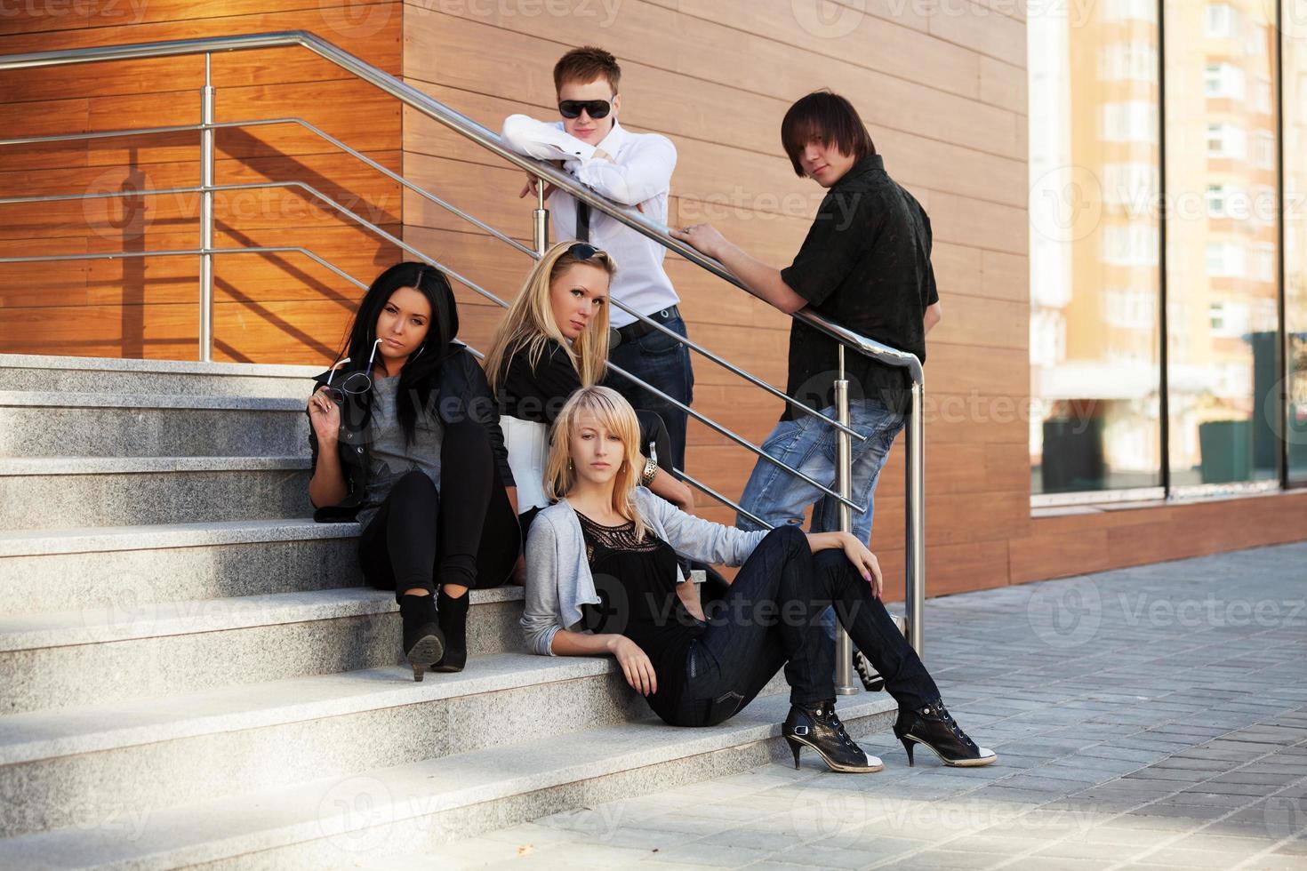 jongeren zitten op de trap foto