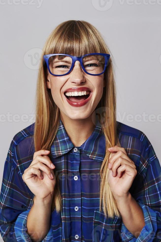 blond lachen in het blauw foto