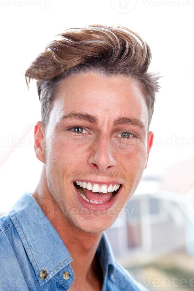 aantrekkelijke jonge man lachen foto