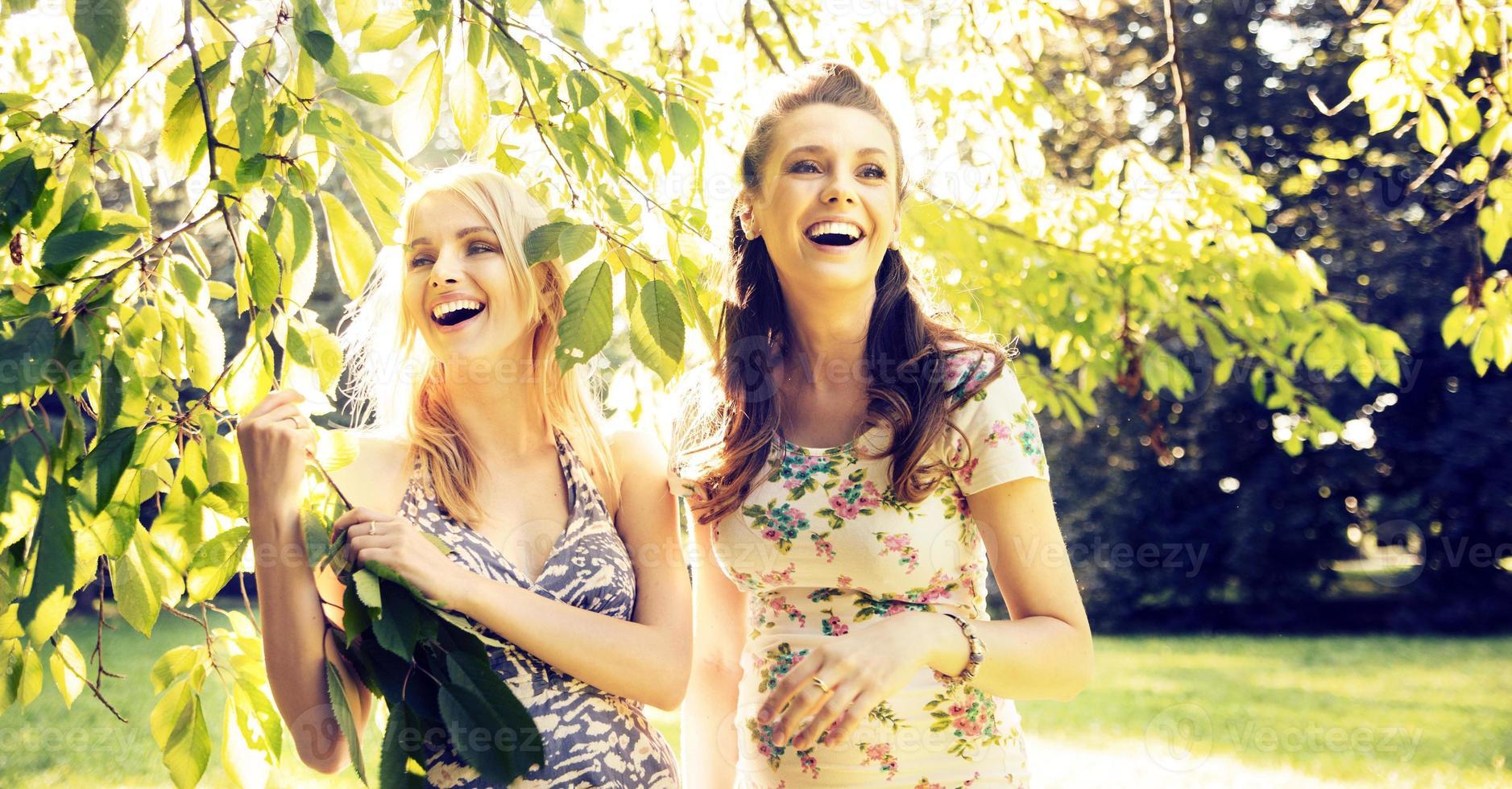 portret van de lachende vriendinnen foto