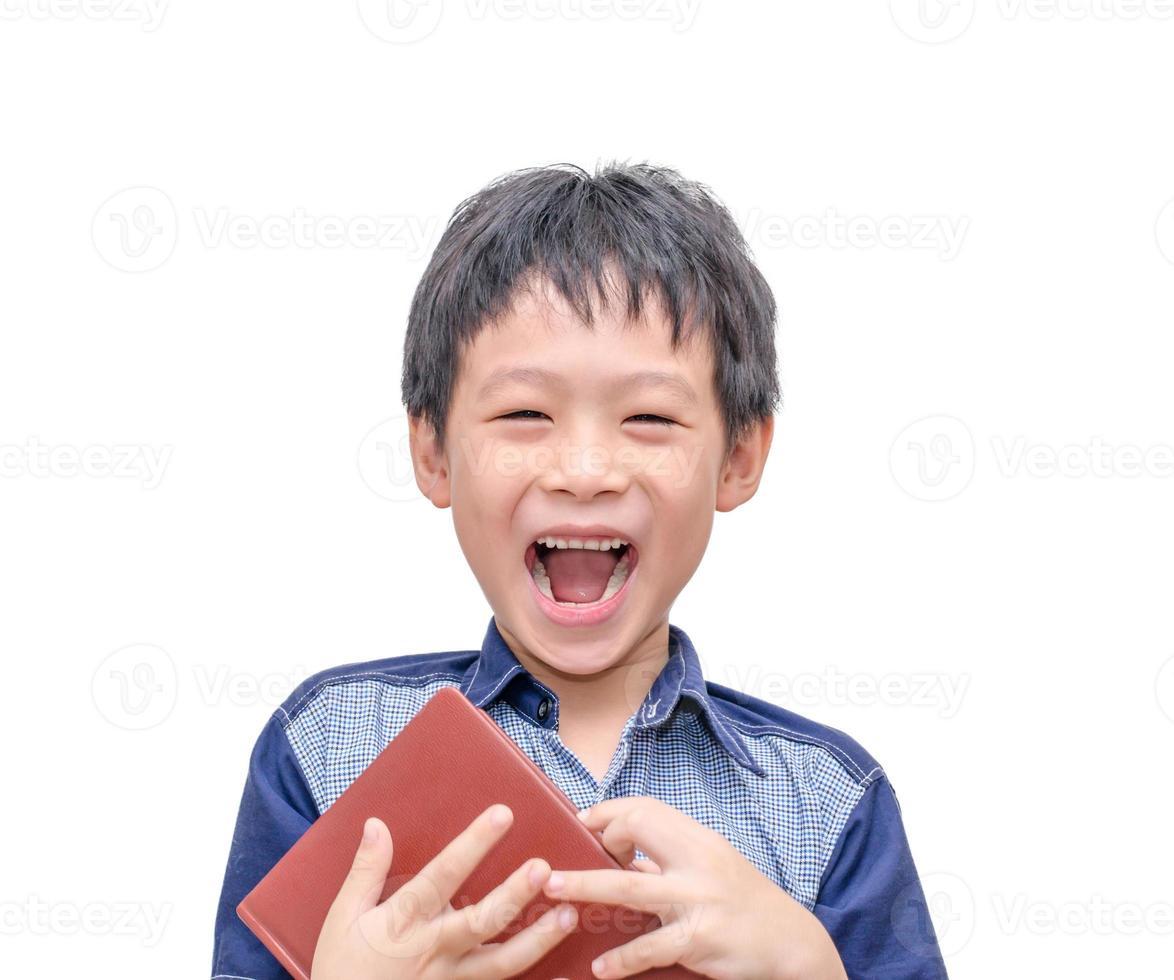 jongen lachen tussen het lezen van een boek foto