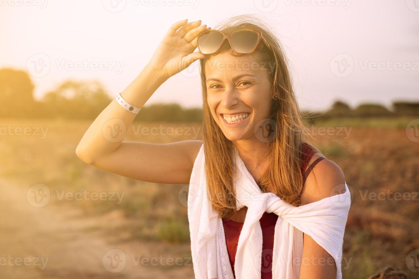 jonge vrouw met een bril lachen in de herfst foto