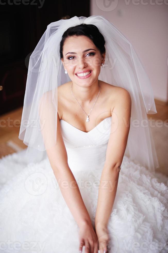 portret van een prachtige bruid barst in lachen uit foto