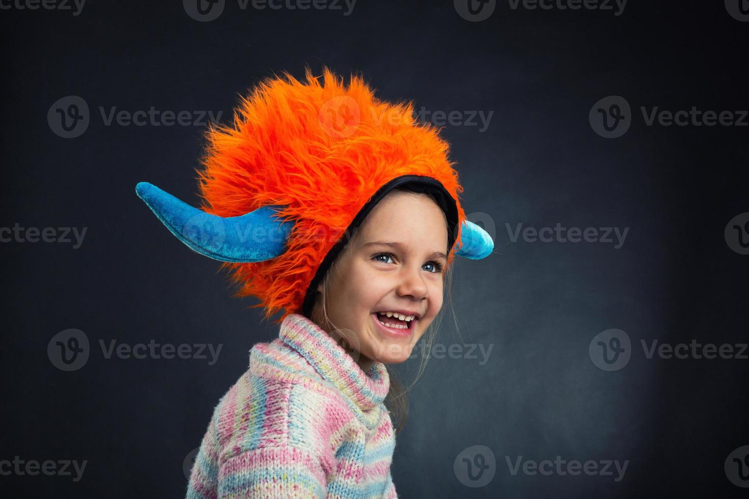 klein meisje in decoratieve helm foto