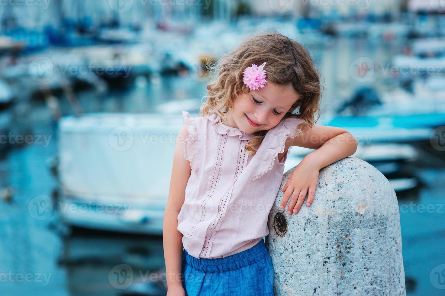 gelukkig kind meisje op zomervakantie aan zee in Slovenië foto