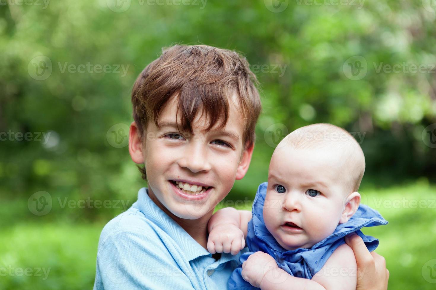 portret van gelukkige broer en zussen foto