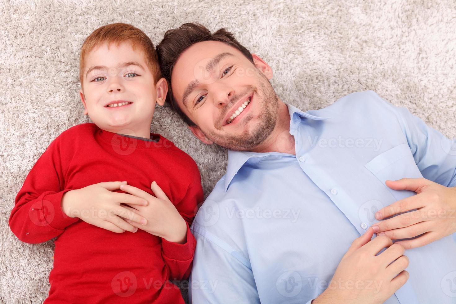mooie familie is samen ontspannen op de vloer foto