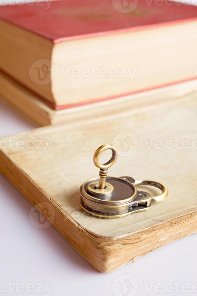 oude boeken en sleutelslot foto
