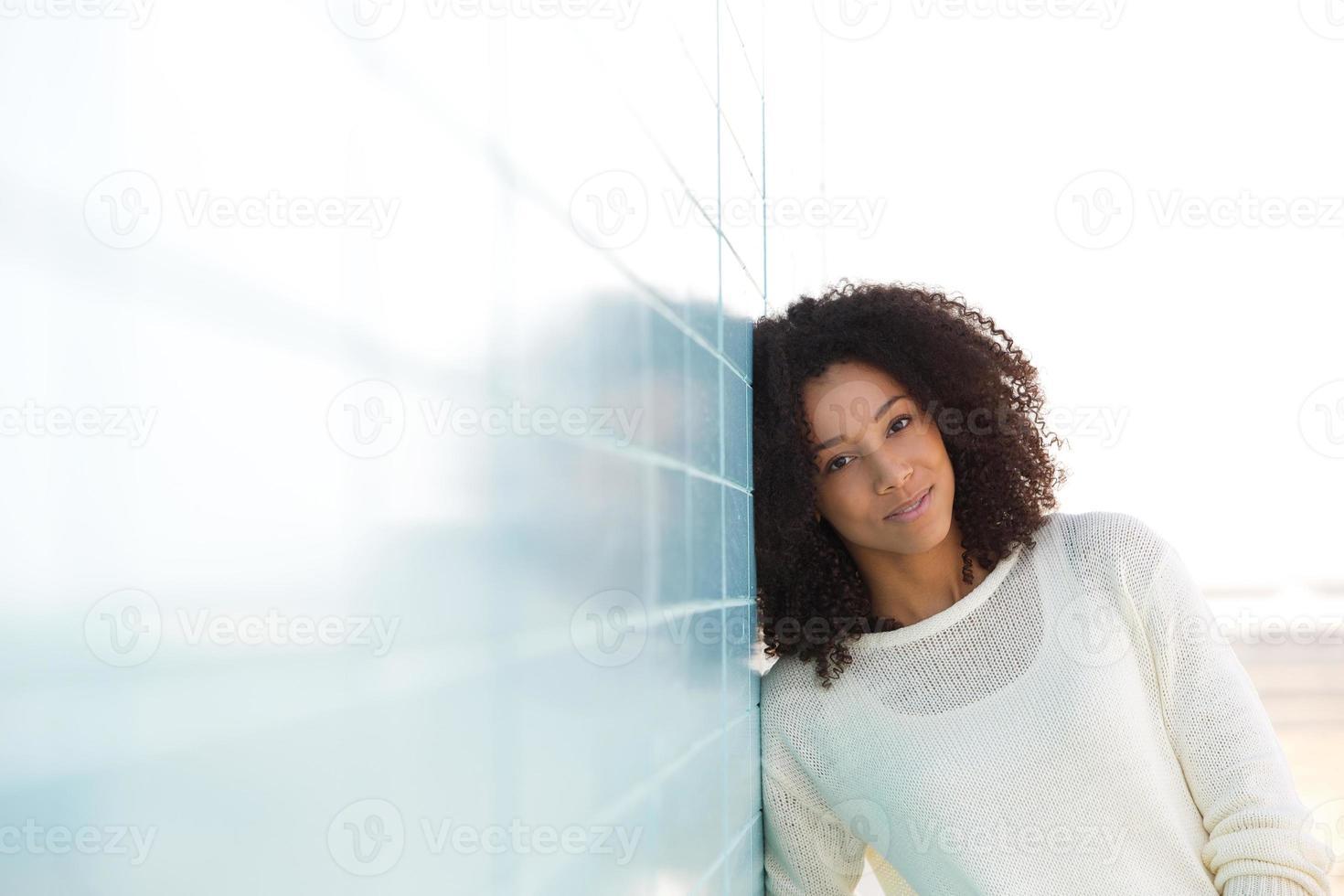 mooie jonge dame buiten ontspannen foto