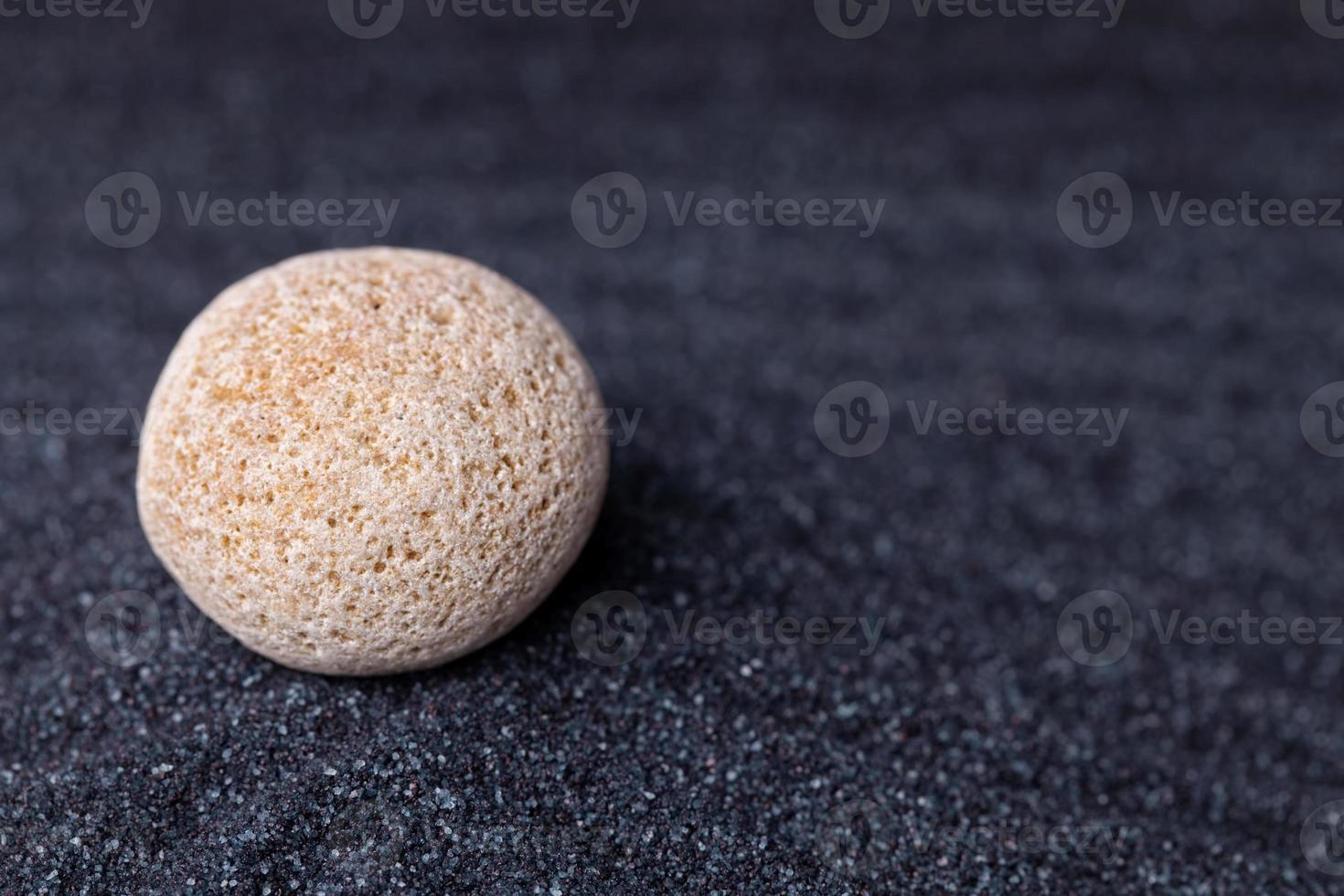 een oude kalkstenen rots in een ontspannende zen-tuin foto