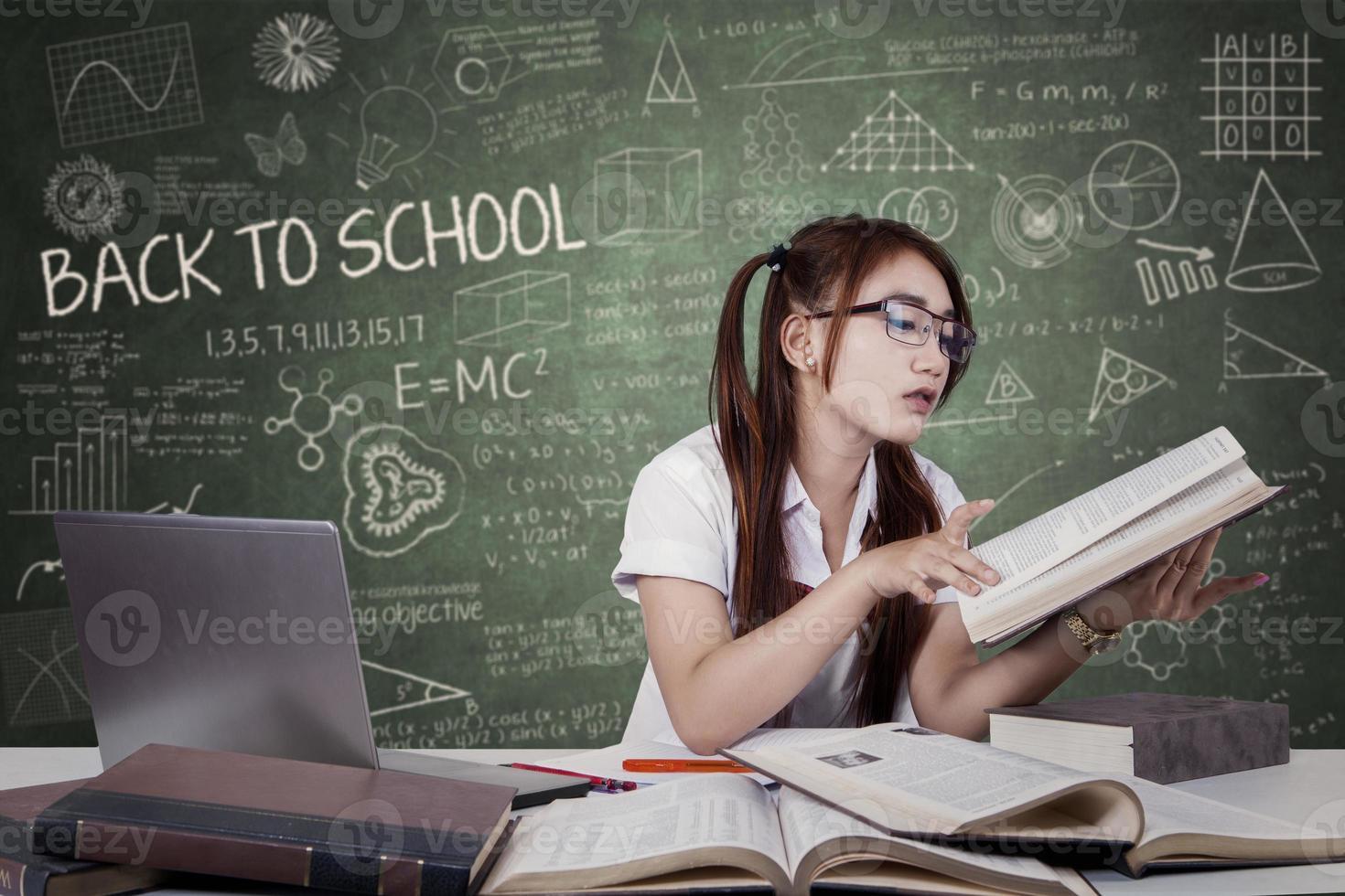 tiener student leest een leerboek foto