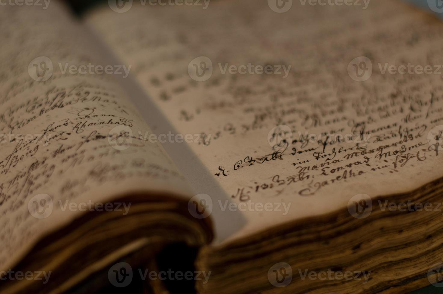 oud boek geopend foto