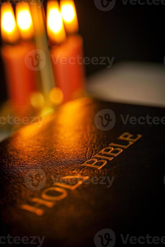 heilige bijbel en kaarsen foto