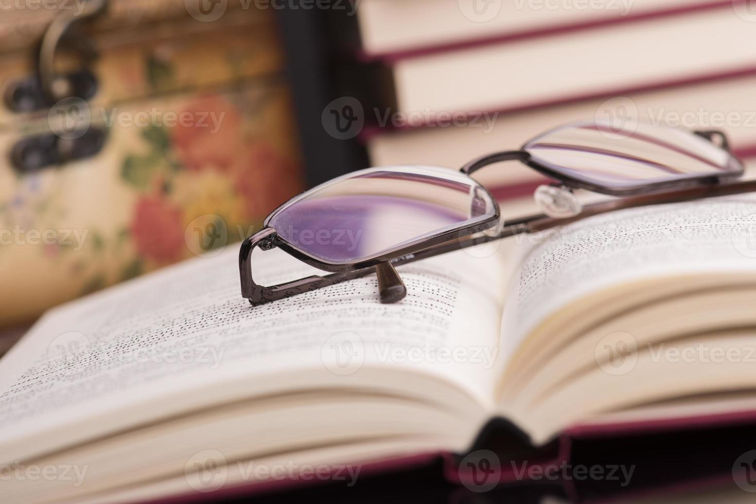 boeken en glazen foto