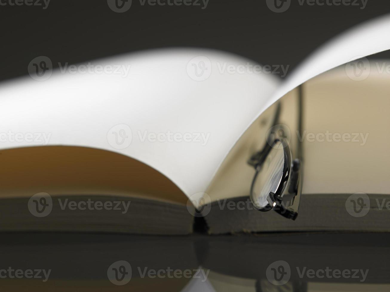 bril en boek foto