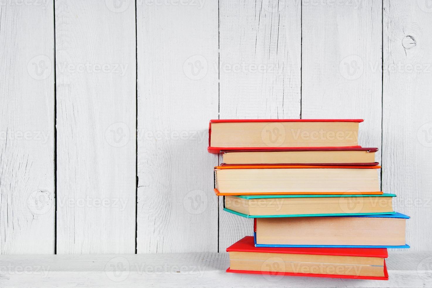 boeken op een houten plank. foto