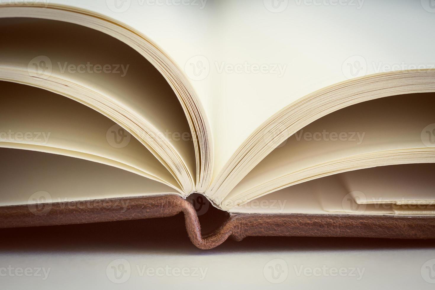 close up op open boekpagina's. getint. foto