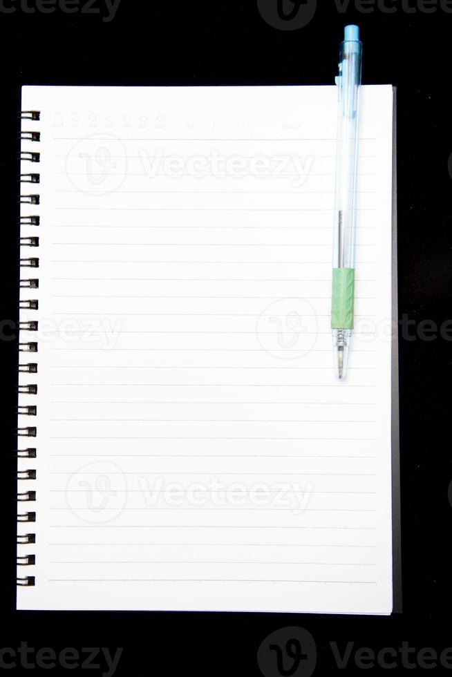notitieboek op zwarte achtergrond foto