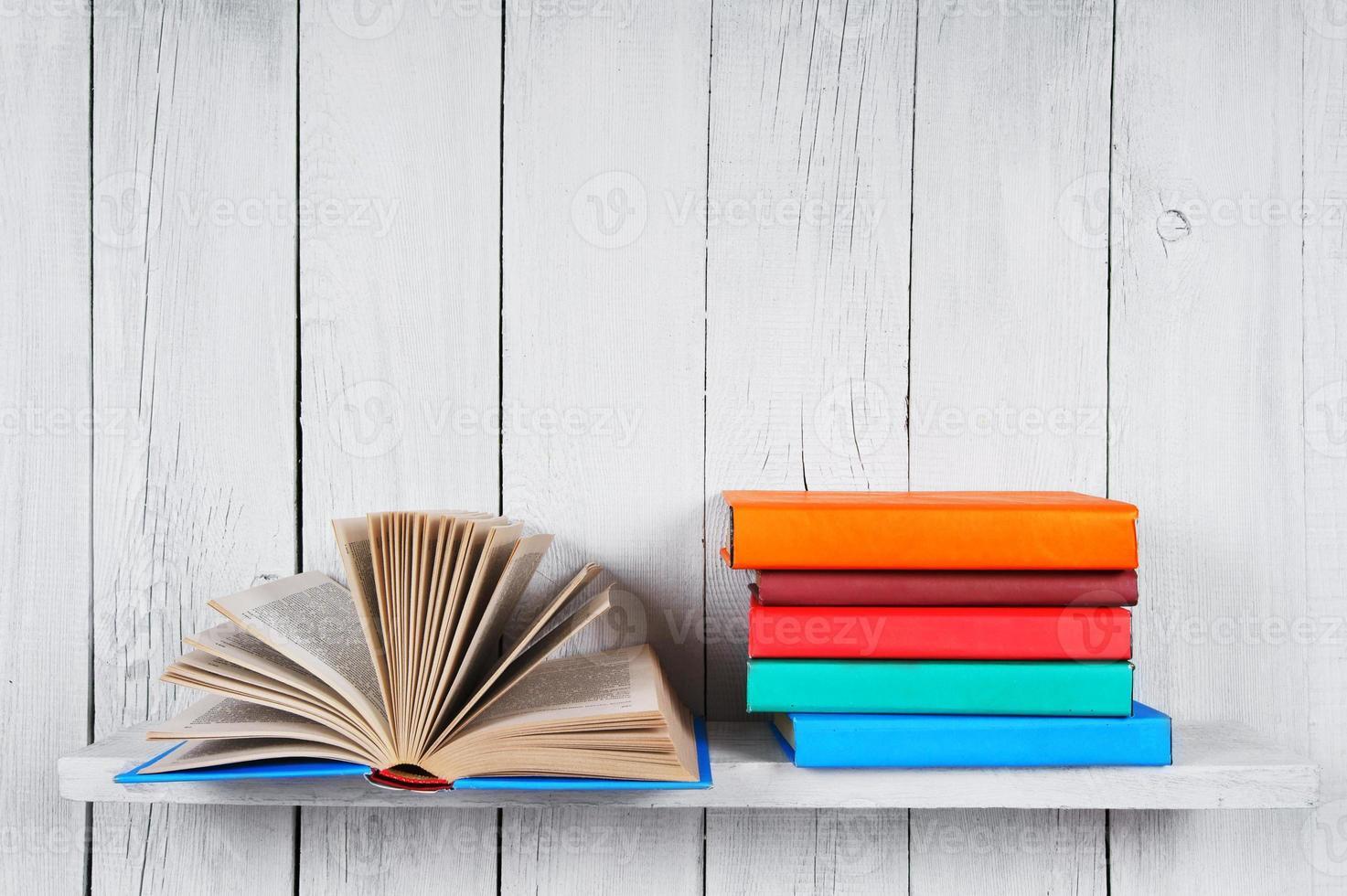 het open boek en andere veelkleurige boeken. foto