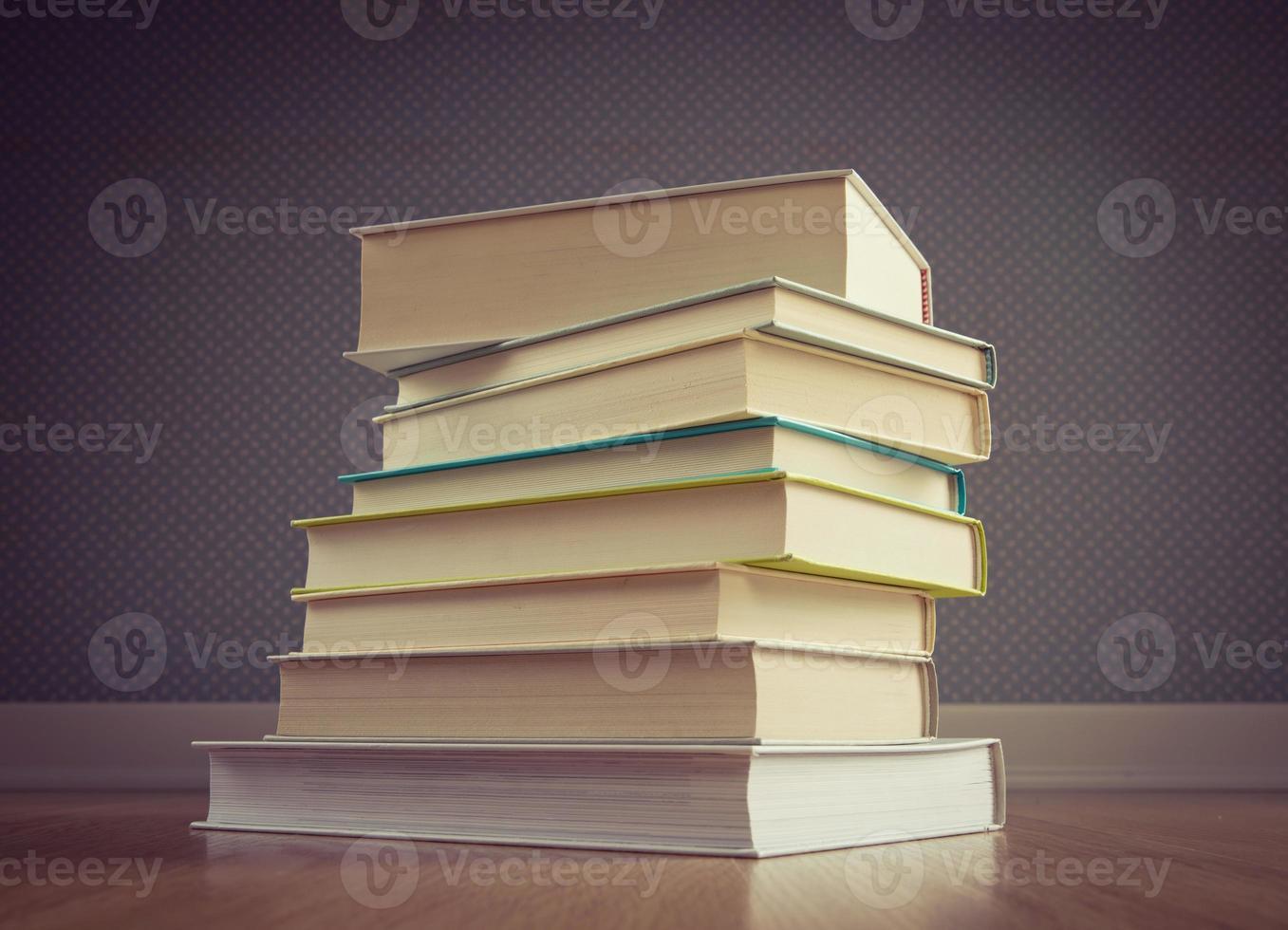 stapel boeken op de verdieping foto