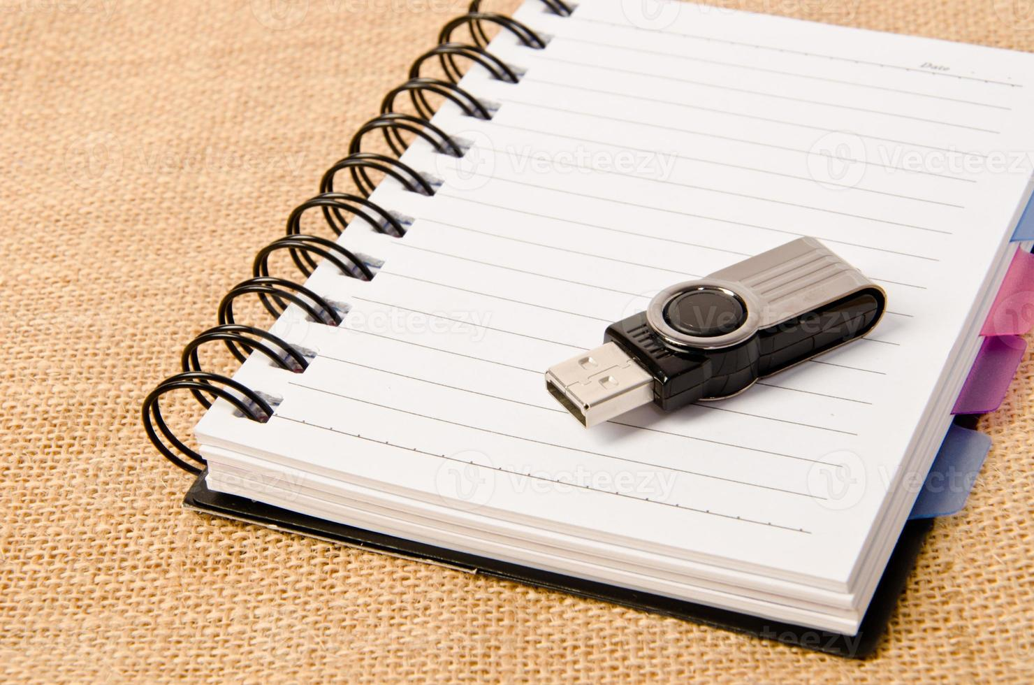 open dagboek ringband en flash drive foto