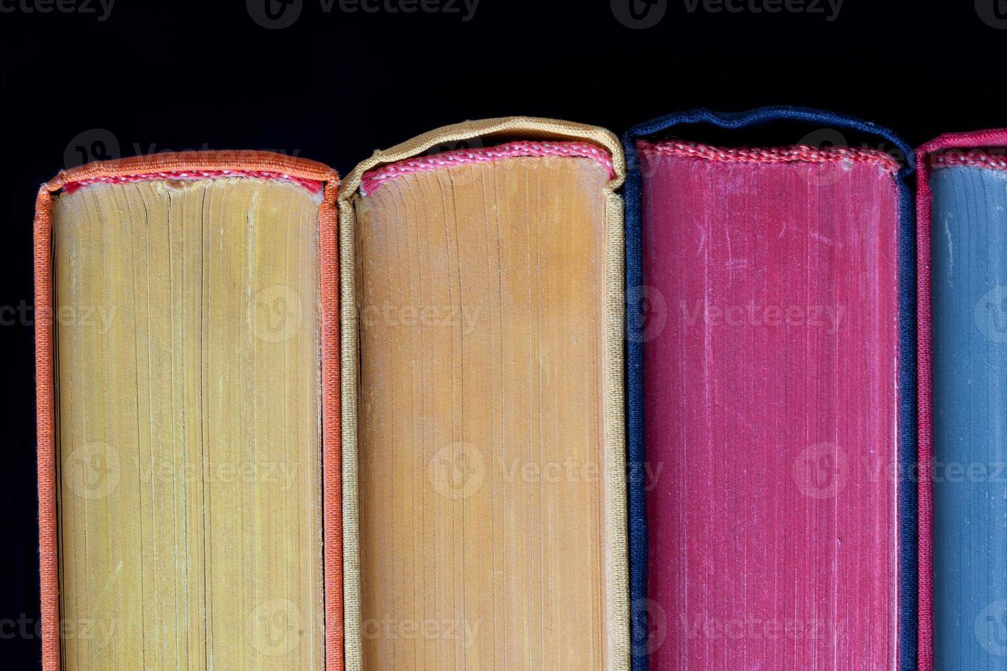 kleurrijke boeken. harde kaft. zwarte achtergrond. geïsoleerd foto