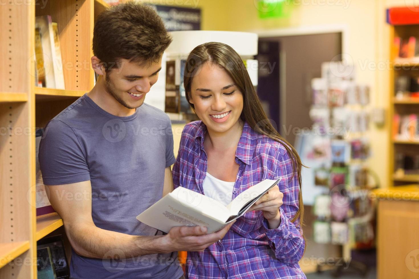 lachende vrienden student leerboek lezen foto