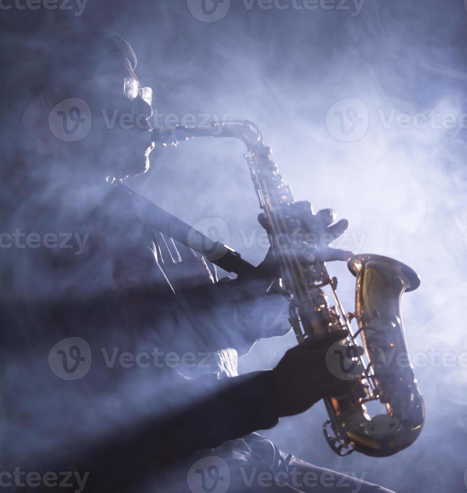 Afrikaanse jazzmuzikant die de saxofoon speelt foto