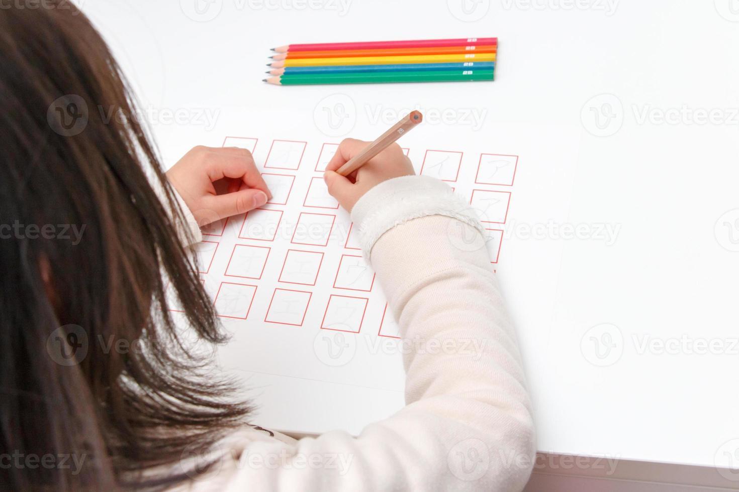 meisje dat de katakana bestudeert foto