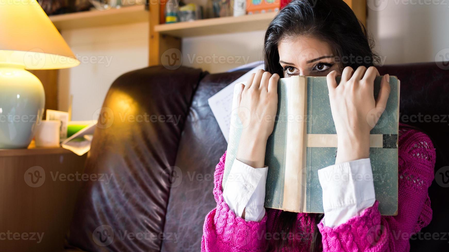 leuk uitziende brunette studente probeert te studeren foto