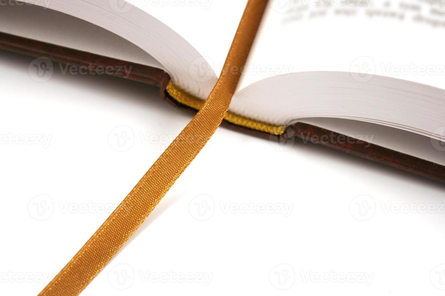 geopend boek met gouden bladwijzer foto