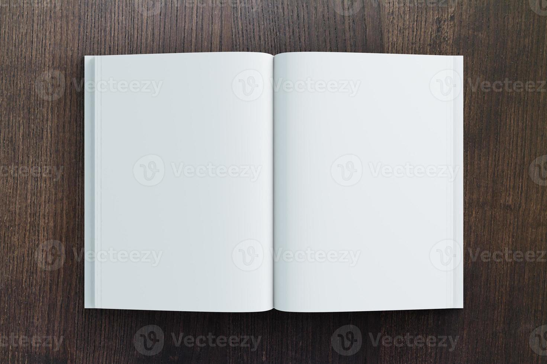 leeg dagboekpapier op houten tafel, mock up foto