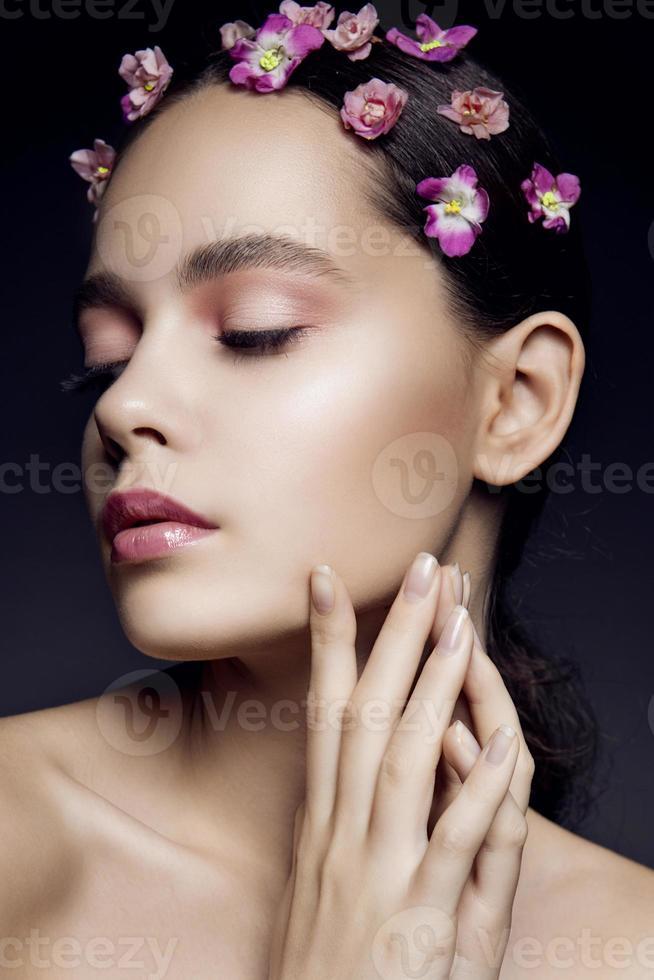 mooi meisje met roze bloemen foto