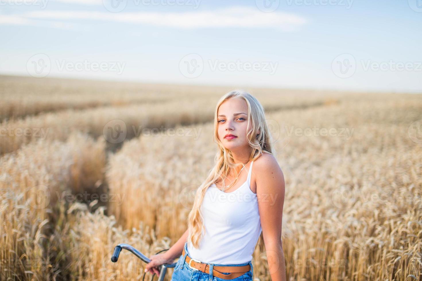 jong meisje lacht in het veld foto