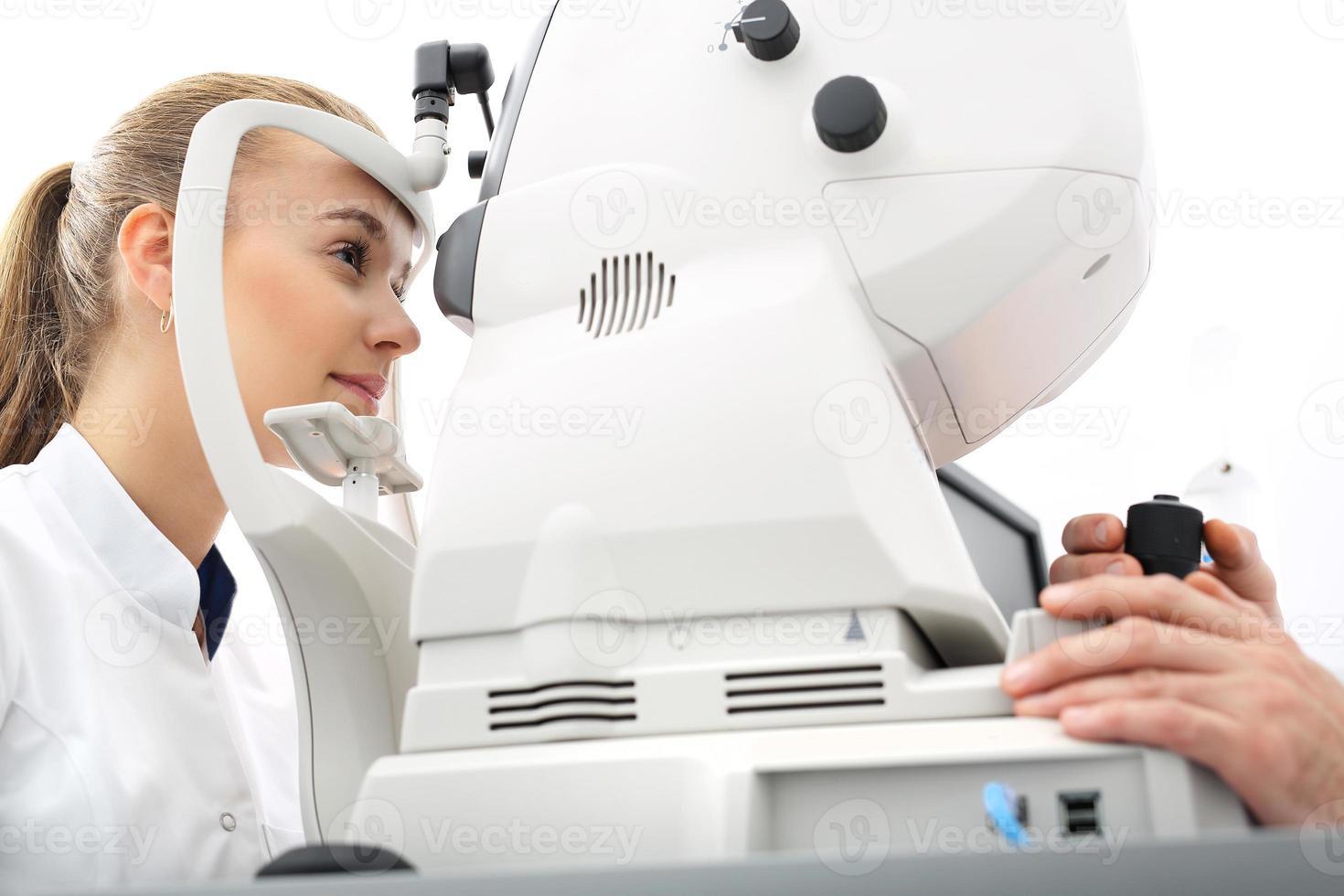 de druk in het oog, de patiënt met een oogarts foto